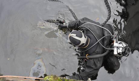 V Praze se potápěl remorkér